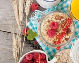 Mic dejun sănătos şi echilibrat, cu conţinut ridicat de fibre, care asigură prevenirea constipaţiei şi apariţiei venelor varicoase